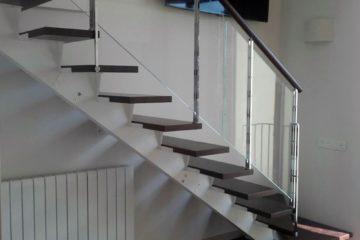 Escalera metálica con baranda de cristal de Enesca