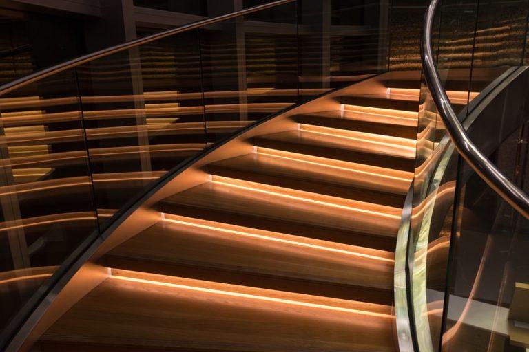 ¿Cómo iluminar correctamente una escalera?